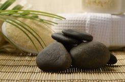 Le pietre e la stazione termale di zen hanno messo sul legno per i trattamenti Fotografia Stock