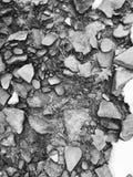 Le pietre e una foglia si siedono accanto ad una corrente immagini stock libere da diritti