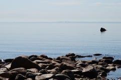 Le pietre ed i massi sulla spiaggia fotografia stock