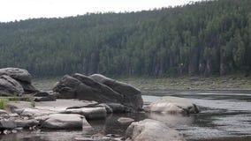 Le pietre enormi nel fiume stock footage
