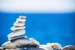 Le pietre equilibrano, pila dei ciottoli sopra il mare blu in Croazia. Fotografie Stock Libere da Diritti