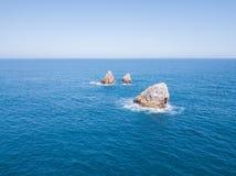 Le pietre nel mare con l'orizzonte allineano Fotografie Stock Libere da Diritti