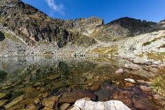 Le pietre nell'acqua dei laghi e di Malyovitsa Elenski alzano, montagna di Rila Immagine Stock Libera da Diritti