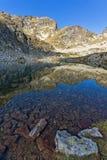 Le pietre nell'acqua dei laghi e di Malyovitsa Elenski alzano, montagna di Rila Fotografia Stock