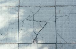 Le pietre per lastricati incrinate grige fotografia stock