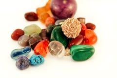 Le pietre preziose/Crystal Stone Types/pietre curative, le pietre di preoccupazione, pietre dei semi della palma, riflettono le p Immagini Stock Libere da Diritti