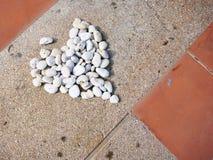 Le pietre sono state sistemate in una forma del cuore Immagini Stock