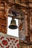 Le pigeon était perché sur la cloche dans une chapelle au parc de pigeon photos stock
