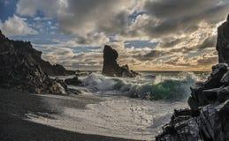 Le pile del mare e schiantarsi ondeggia sulla spiaggia islandese fotografia stock libera da diritti