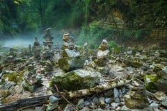 Le pile della pietra nella gola di Vintgar e nel fiume di Radovna vicino hanno sanguinato, la Slovenia Immagine Stock Libera da Diritti