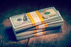 Le pile di nuovi 100 dollari americani 2013 fattura le banconote Fotografia Stock