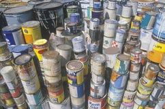 Le pile di pittura tossica inscatola la disposizione aspettante ad una stazione di Wilmington Unocal a Los Angeles, CA Immagine Stock Libera da Diritti