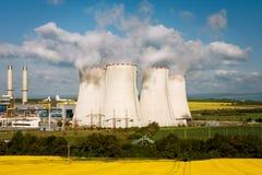 Le pile di raffreddamento nella centrale elettrica Fotografia Stock Libera da Diritti