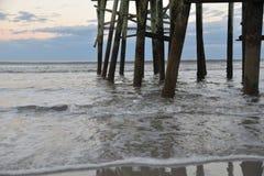 Le pilier éprouve les vagues se brisant dans les empilages toute la journée et la nuit images stock