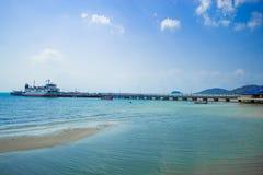 Le pilier de pêche et le croisement de ferry-boat Sur l'île image libre de droits