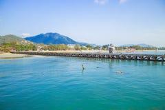 Le pilier de pêche et le croisement de ferry-boat Sur l'île photo stock
