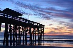 Le pilier de plage encadre le lever de soleil d'océan photo stock