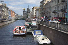 Le pilier des bateaux d'excursion le jour de juin de canal St Petersburg Photographie stock libre de droits
