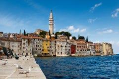 Le pilier et la ville de Rovinj sur la péninsule d'Istria Photos libres de droits