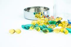 Le pillole e le capsule dell'olio di pesce su fondo bianco con la chiara c fotografie stock libere da diritti