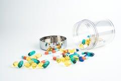 Le pillole e le capsule dell'olio di pesce su fondo bianco con la chiara c immagine stock libera da diritti