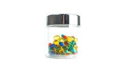 Le pillole e le capsule isolate dell'olio di pesce in chiaro contenitore immagini stock