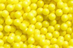 Le pillole rotonde gialle sintetiche sottraggono il fondo del modello di struttura Fotografie Stock