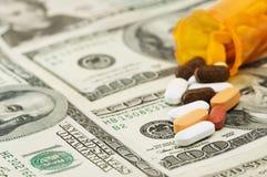 Le pillole si sono rovesciate su $100 fatture Fotografie Stock