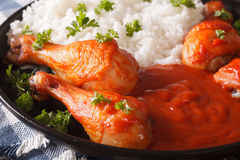 Le pilon de poulet cuit au four avec de la sauce et le riz de Sriracha garnit le Cl images libres de droits