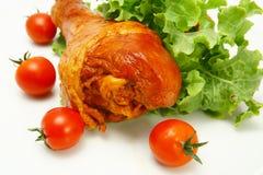 Le pilon de poulet a servi avec des tomates-cerises photos stock