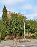 Le pilori et la tour de château Photographie stock