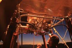 Le pilote chaud de ballon à air vérifie le brûleur à flamme Photo stock