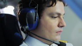 Le pilote concentré étant prêt pour décollent, tournant des commutateurs, le travail responsable banque de vidéos