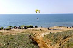 Le pilote de planeur se prépare au vol sur un paraplan Photo stock