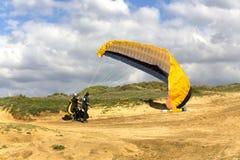 Le pilote de planeur se prépare au vol sur un paraplan Images libres de droits
