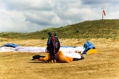 Le pilote de planeur se prépare au vol sur un paraplan Photographie stock