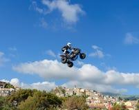 Le pilote de vélo de quadruple de style libre fait un saut avec un en hauteur avec un tour images libres de droits
