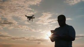 Le pilote du bourdon conduit l'hélicoptère au coucher du soleil, silhouette banque de vidéos