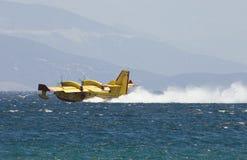 Le pilote grec recueille l'eau pour relâcher sur des incendies Images stock