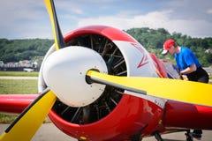 Le pilote inspectent les avions après le flightn Photographie stock