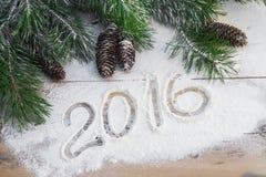 Le pin s'embranche avec des cônes sur un fond en bois avec l'inscrip Image libre de droits