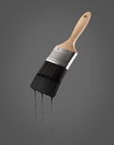 Le pinceau a chargé avec la couleur noire s'égouttant outre des poils images libres de droits