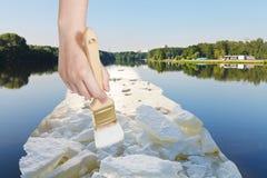 Le pinceau peint des blocs de glace dans le lac en été photo stock