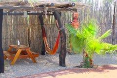 Le pique-nique de sculpture sur bois met le jardin hors jeu d'hamac, station de vacances, Namibie Image libre de droits