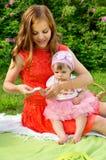 Le pique-nique, maman lave des chiffons de bébé Image libre de droits