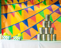 Le piramidi dei barattoli di latta per le palle di lancio Fotografia Stock