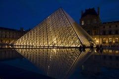 Le piramidi del Louvre alla notte Immagini Stock
