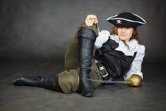 Le pirate de femme d'Iimpudent se trouve avec le sabre sur le noir photographie stock libre de droits