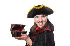 Le pirate féminin dans le manteau noir tenant le trésor Image stock