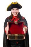Le pirate féminin dans le manteau noir tenant le trésor Photos stock